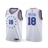 Camiseta Philadelphia 76ers Shake Milton #18 Earned Blanco